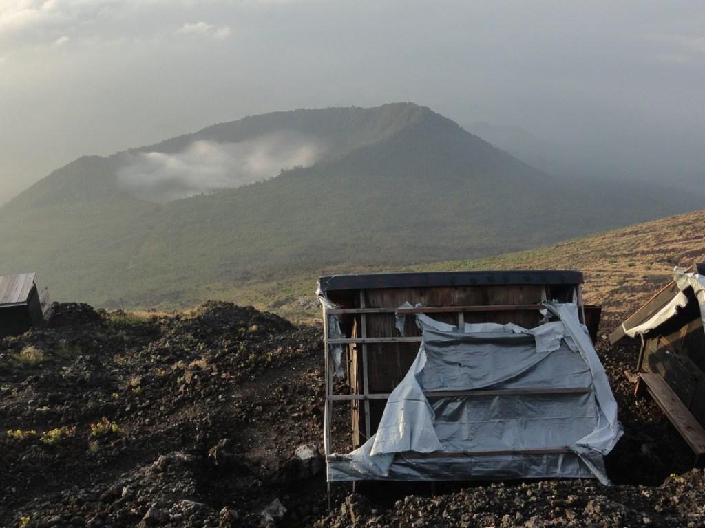 Hütten am Kraterrand