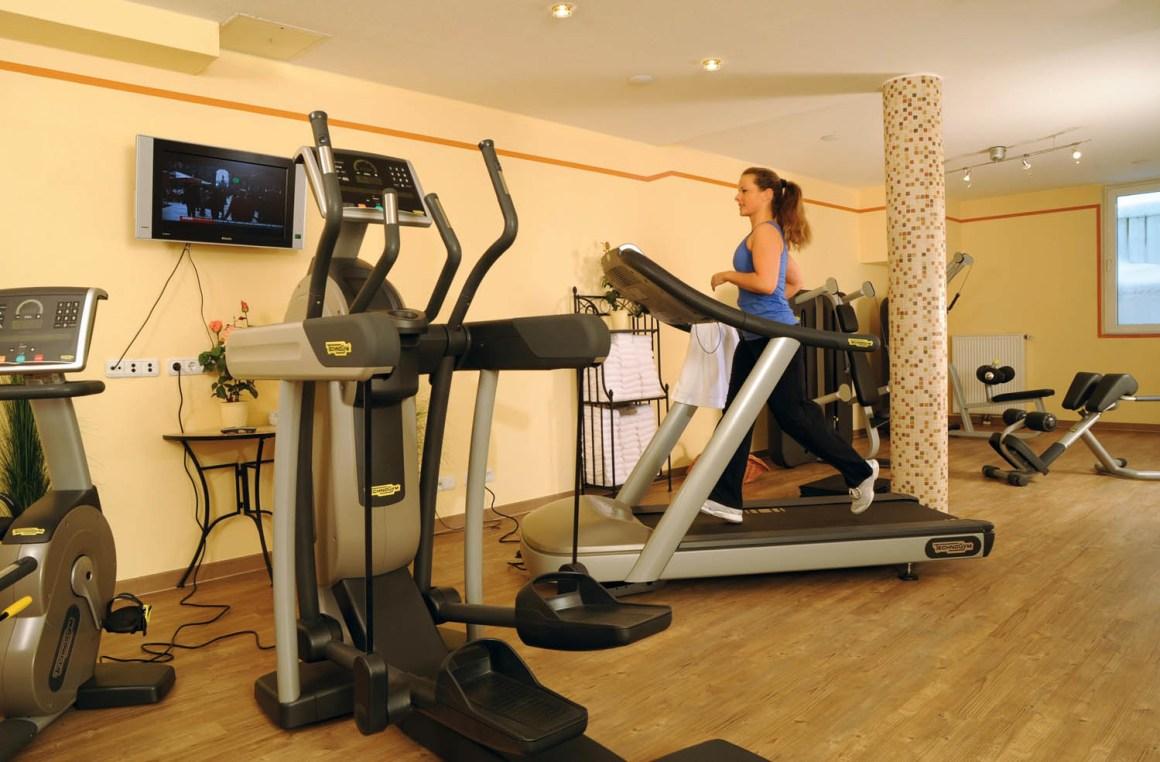 Fitnessruimte met Technogym-apparatuur en Kinesis-stations in Hotel Erb in Parsdorf, in de buurt van München