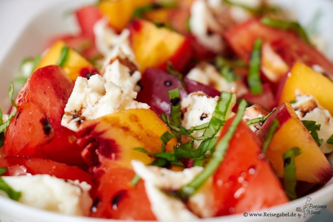 tomaten pfirsich salat mit mozzarella reisegabel. Black Bedroom Furniture Sets. Home Design Ideas