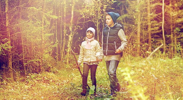 Wandern mit der Familie im Herbst (Bigstock.com / Dolgachov)