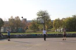 Abgrillen in Berlin Mauerpark, goldener November, Basketball