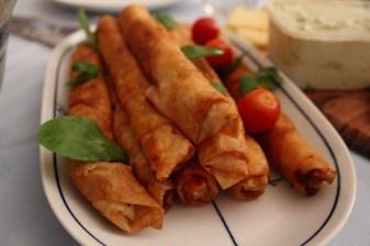 Brotzeit in Deutschland mit türkischen Teigrollen
