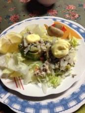 Mit-Thunfisch-gefüllte-Avocado-auf-Eisbergsalat (768x1024)