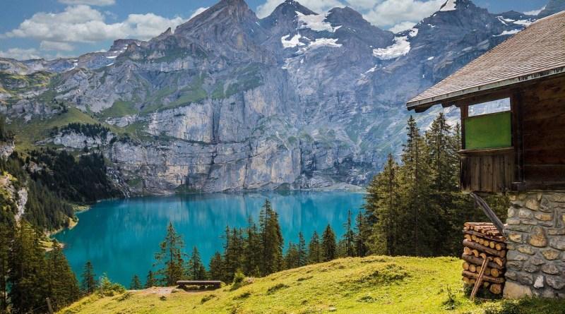 Schweiz Oeschinsee Bergsee Huette