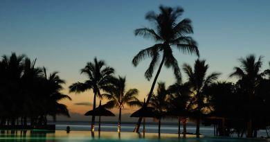 Abendstimmung auf Mauritius mit Pool und Palmen