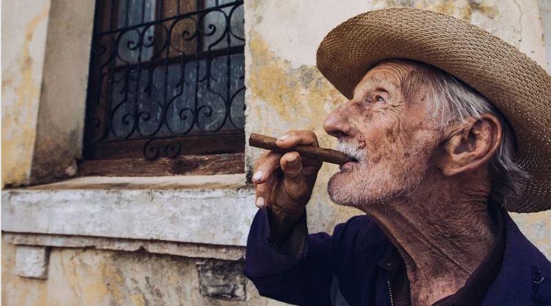 Alter kubanischer Mann mit Zigarre
