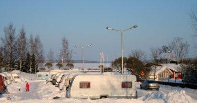 Wintercamping Wohnwagen im Schnee