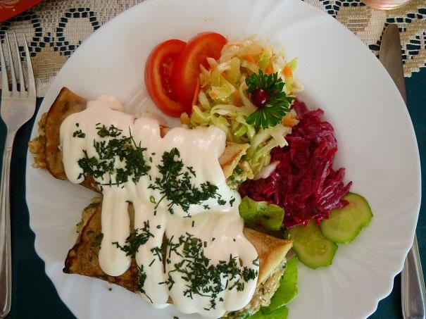 Estnisches Hauptgericht mit Pfannkuchen
