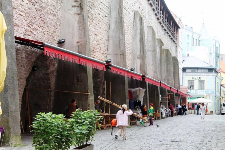 Textiles Handwerk, Bernstein und Töpferware: Der Aufbau des Marktes in den frühen Morgenstunden in der Tallinner Innenstadt