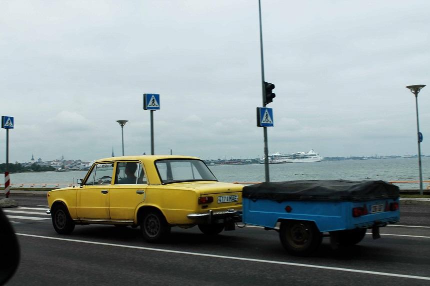 """Sowohl typische """"Ostautos"""" als auch moderne Schlitten sausen die Pirita Te, die Schnellstraße an der Ostsee entlang Richtung Stadtteil Pirita."""