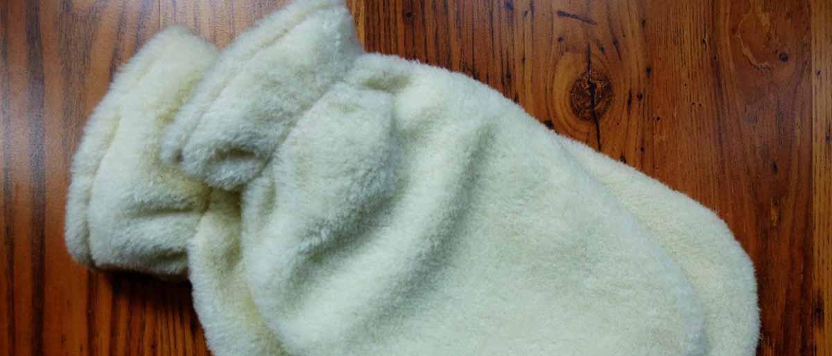Wärmflaschen mit Schafwollbezug