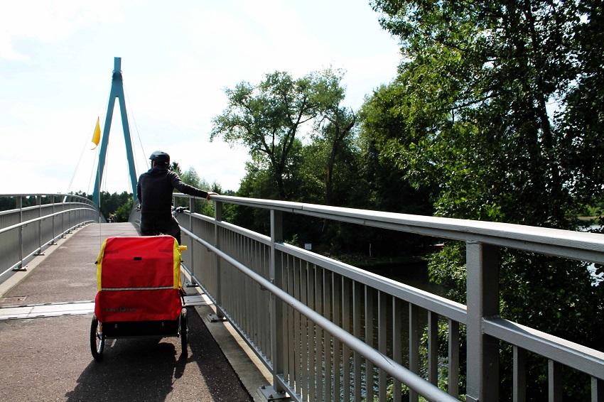 Es geht durch Wald, Feld, manchmal auch durch Wohngebiet. Und über diese tolle Fahrradbrücke mit Blick auf weites Wasser.