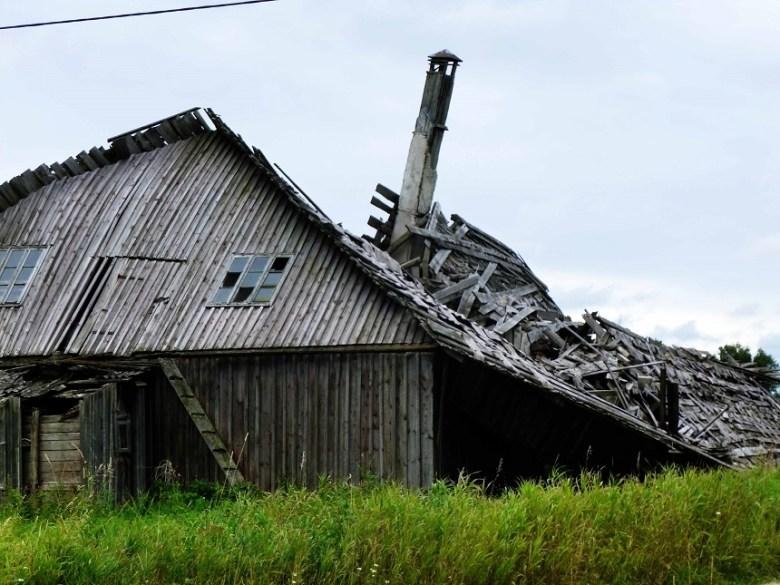 Durch ein Unwetter zerstört und nicht wieder aufgebaut. Eine eingebrochene Scheune...