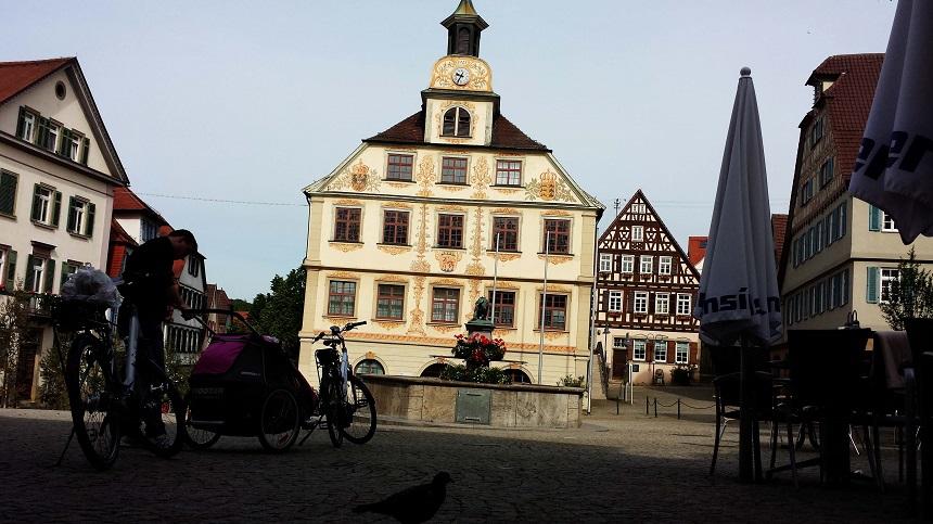 Auf Wiedersehen, Vaihingen! Hinter mir ist der angesprochene Bäcker und links von mir das Hotel-Restaurant Krone.