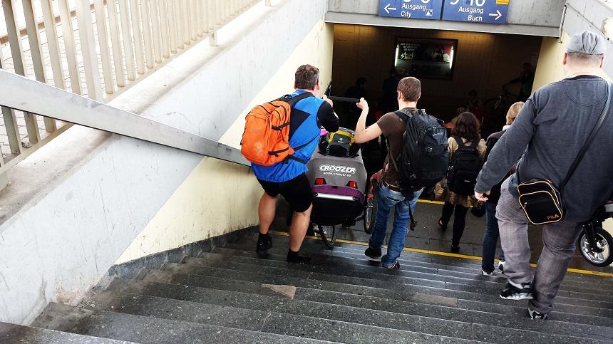 Ganz schön schwer, so ein E-Bike inklusive Fahrradanhänger. 3 Männer schuften.