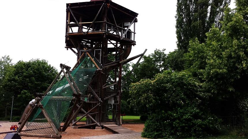 Dieser unglaubliche Kletter-Rutschen-Turm befindet sich direkt an der Radstrecke neben Enz und Enztalviadukt.