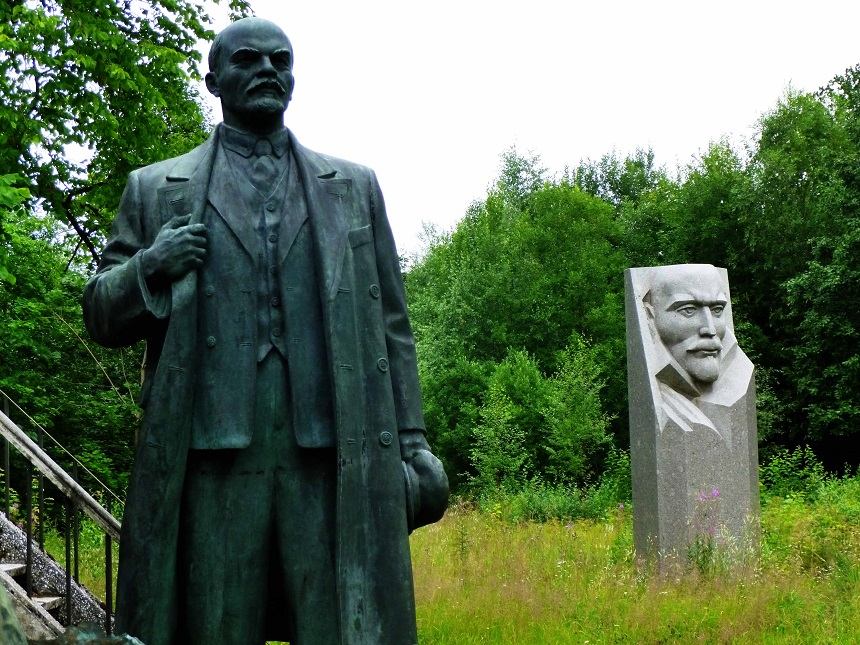 Mürrisch wacht Lenin über die anderen überwucherten russischen Helden...