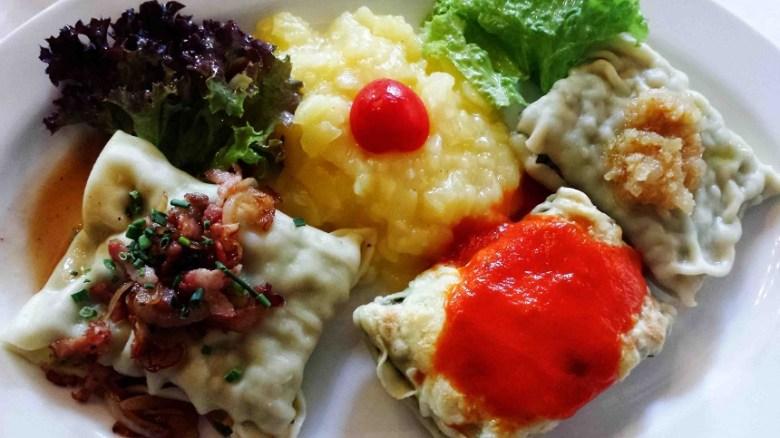 Die klassische Maultasche in drei Varianten: Mit Käse überbacken und Tomatensoße gereicht. Mit Zwiebelschmelz. Und mit Speck. Alles gut, aber ein Nachtisch braucht der Magen danach nicht...