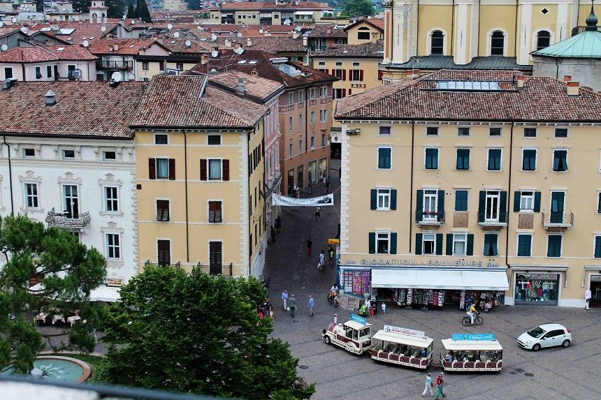 Die Altstadt und das Bähnle vom Rocca di Riva aus gesehen.