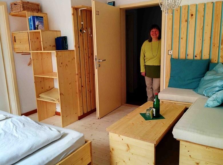 Zu recht stolze Mutter: Barbara Kenner zeigt das von ihrer Tochter designete Doppelzimmer.