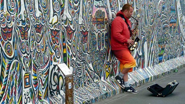 Strapenmusiker an der East Side Gallery
