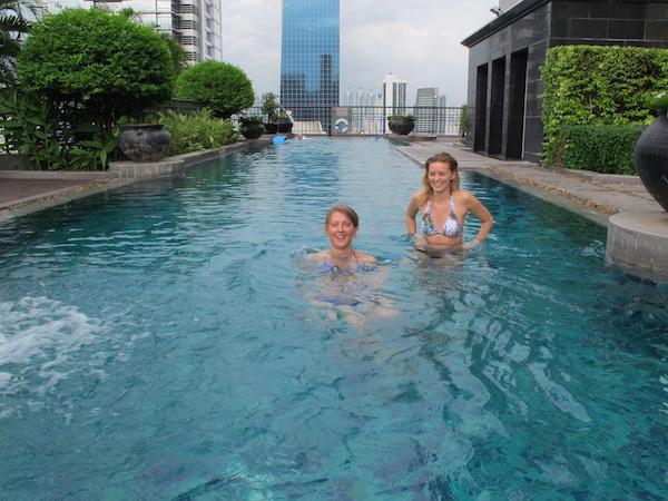 Jeg ble kjent med to hyggelige jenter fra Polen og Sverige. Her tester vi svømmebassenget.