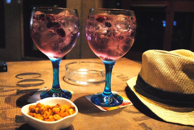 Gni & Tonic med skogsbær, fra baren Gin Toneria i Cocktail Street.