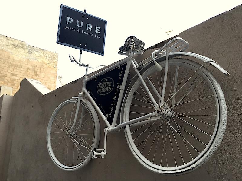 Denne hvite sykkelen henger utenfor inngangen til Pure, og gjør det lett å finne frem!
