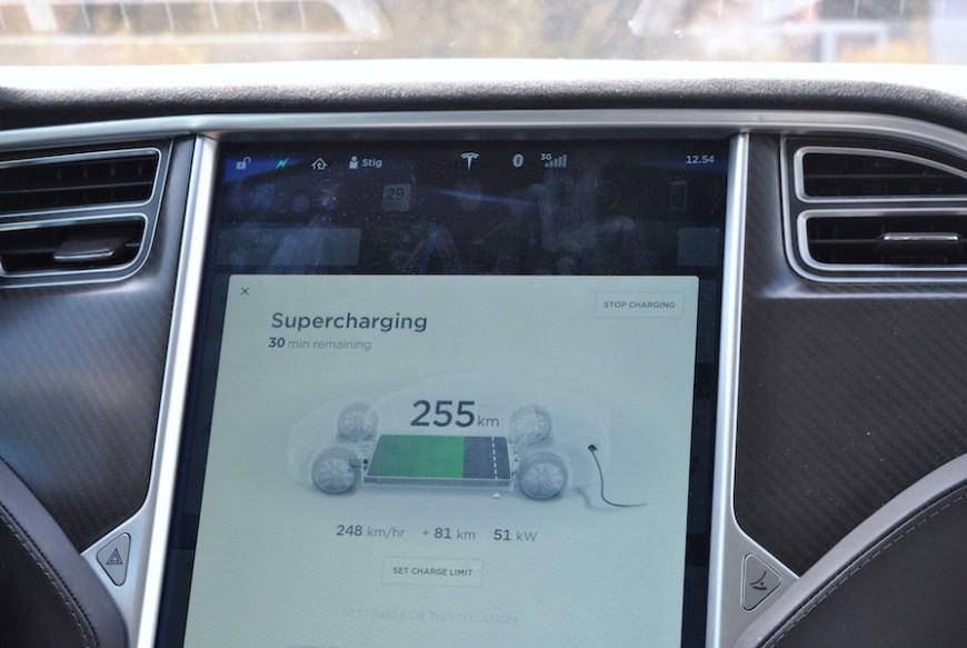 Bilen og vi fikk ny energi under pausen ved Tesla Superchater på Solli.