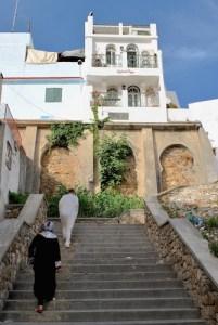Hotellet er bygd på muren som omgir kasbahen i Tangier. Den nedre balkongen tilhører rommet vi bodde på.