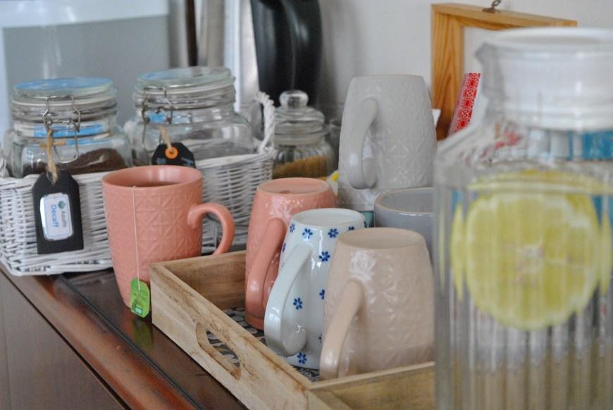 Kaffe, te, vann med sitron, mynte og agurk, samt en kanne med ferdige te lagd av rismelk, gurkemeie, ulike urter og krydre sto fremme hele tiden.