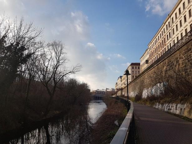 Wandelen langs het Karl Heine Kanaal in Leipzig