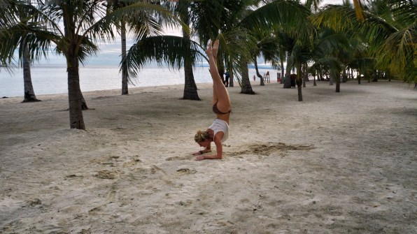 Rondreis Filipijnen: Bohol Beach Club yoga strand