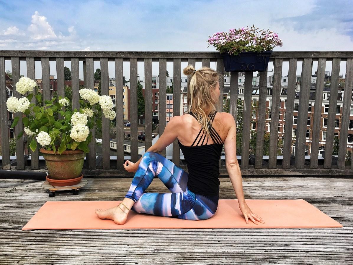 Yoga-oefeningen roadtrip: zittende twist