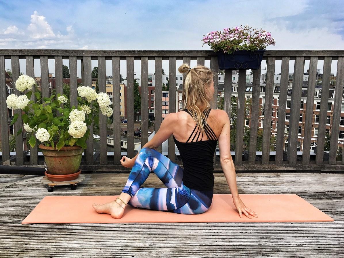 Yoga-oefeningen: zittende twist