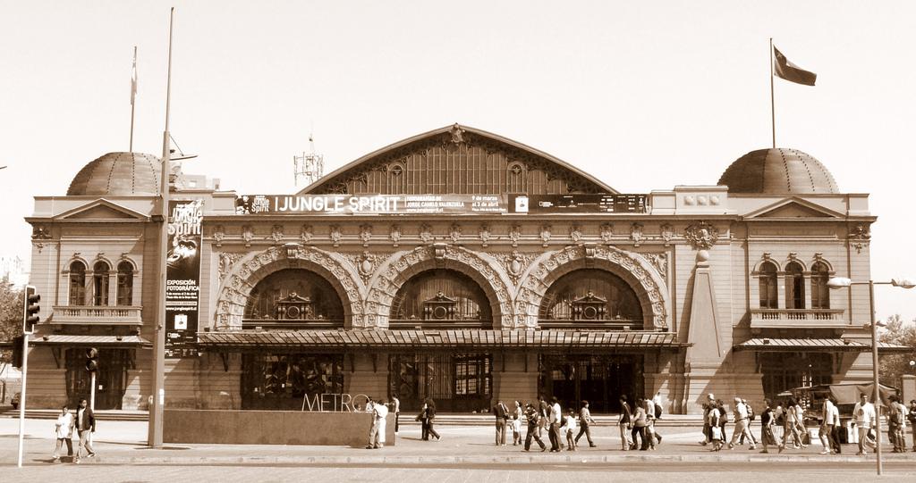 De mooie voorgevel van het station. - © Eduardo Zárate