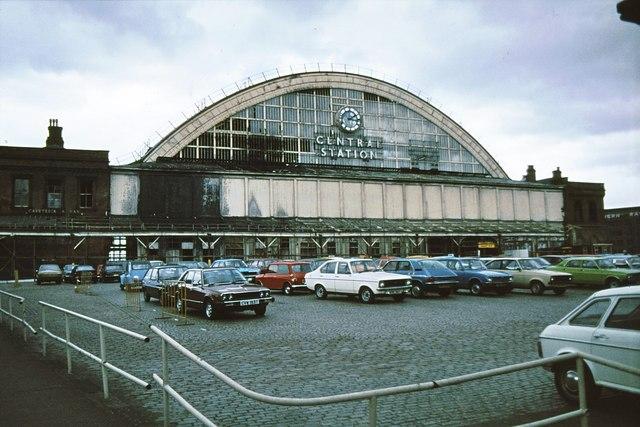 Het station en de grond eromheen als parkeergarage. De auto's stonden ook binnen, onder het overkoepelende dak.