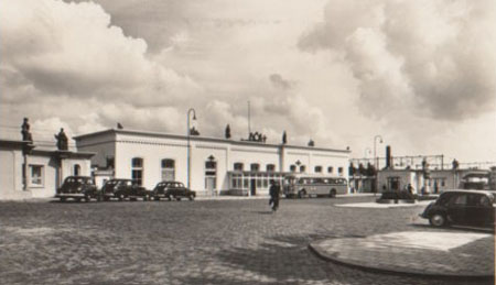 Het station na de verbouwing vlak na de Tweede Wereldoorlog. - Stationsweb.nl