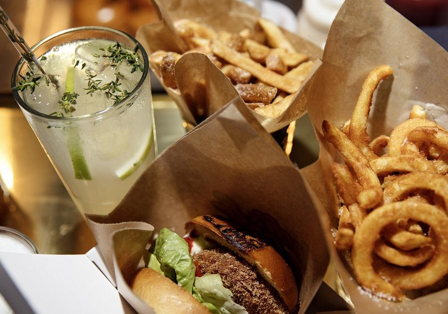 Fries og burger i Tivolis Food Hall