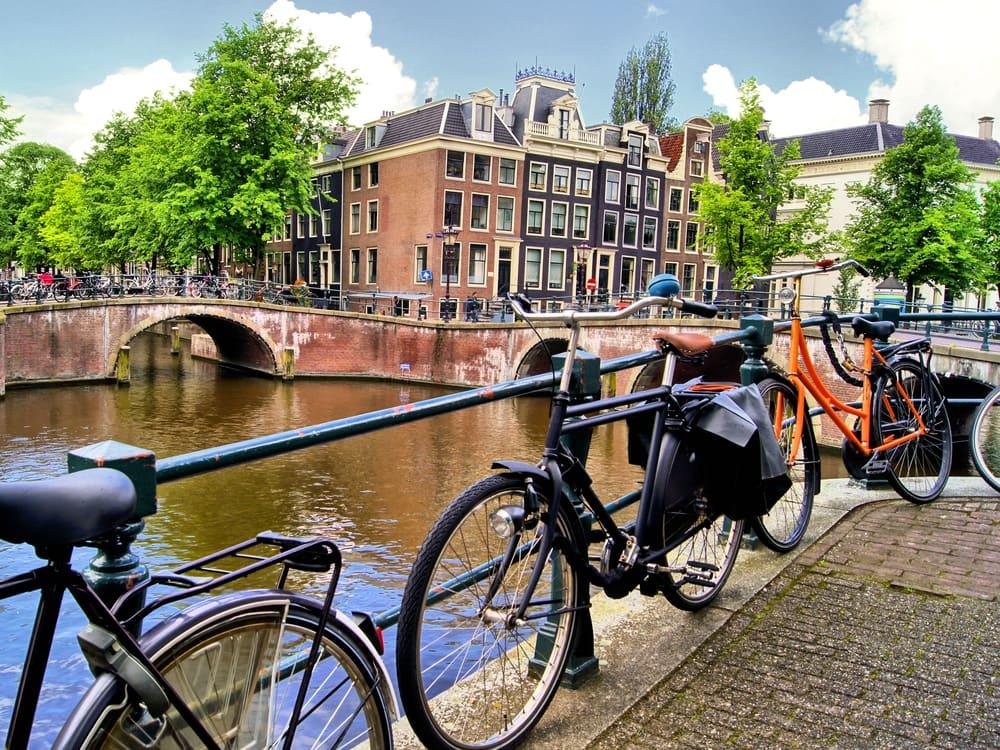 Amsterdam er fyldt med cykler og hyggelige kanaler