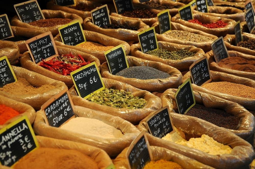 Krydderier på marked i Istanbul i Tyrkiet