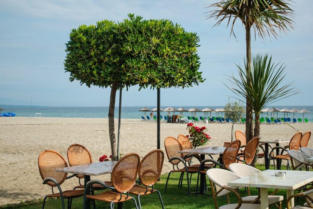 Café på stranden på Rhodos i Grækenland