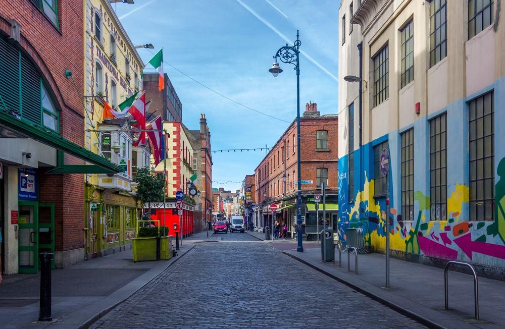 Farverig gade i Dublin - Irland