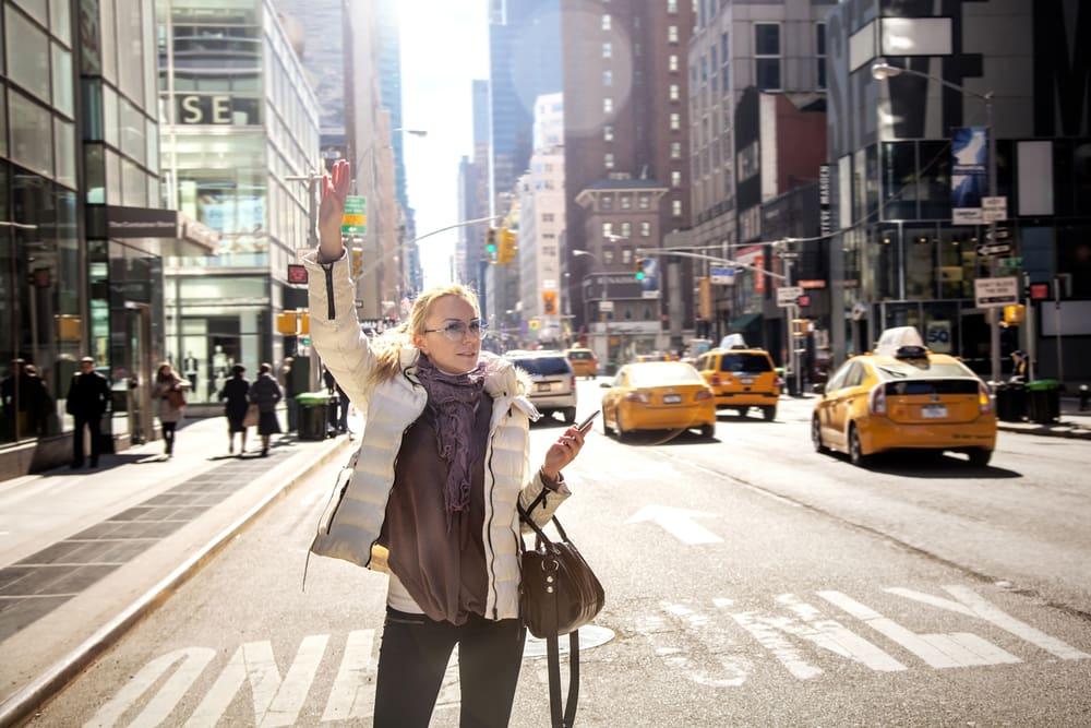 Kvinde prajer en taxa - New York i USA