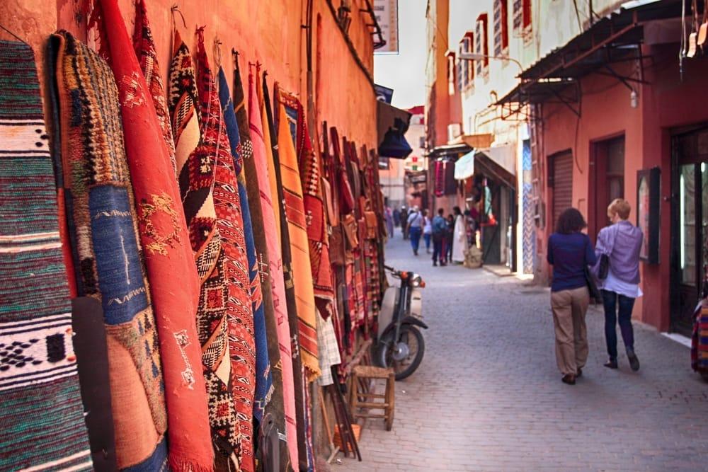 Turister på marked i Marrakech i Marokko