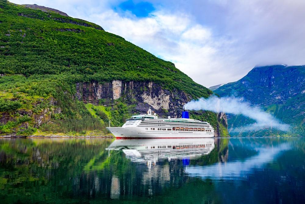 Cruise på på Geiranger fjord i Norge