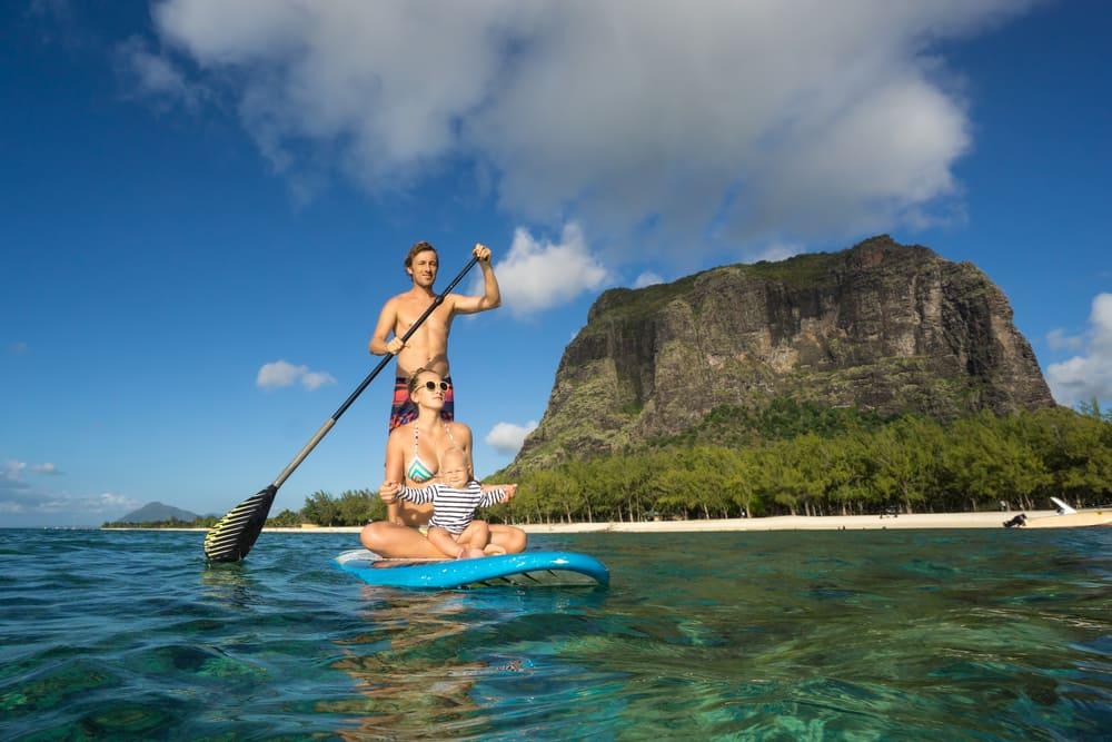 Par på surfboard - Mauritius i Det Indiske Ocean