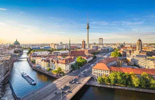 View over Berlins skyline med Fjernsynstårnet i baggrunden