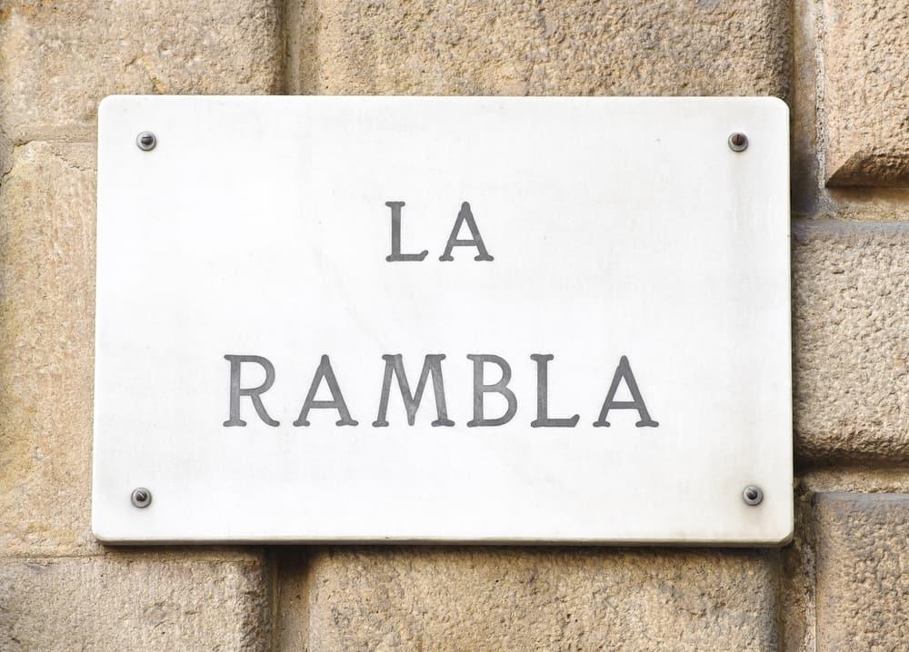 """Close-up af gadeskilt med teksten """"La Rambla"""""""