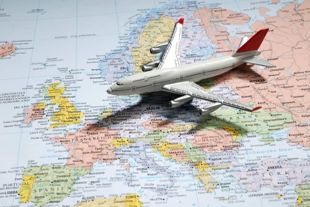 Modelflyvemaskine placeret på et kort over Europa.
